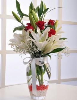 Cam Vazoda Beyaz Lilyum ve Kırmızı Güller  çiçek gönder