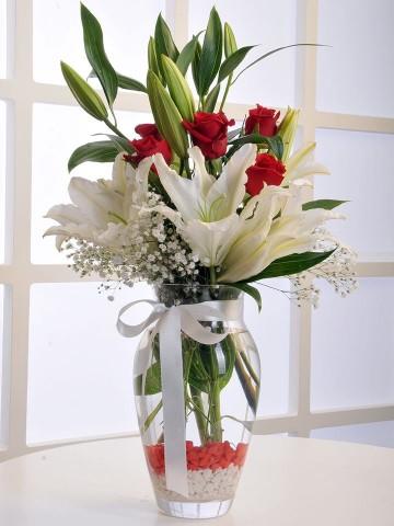 Cam Vazoda Beyaz Lilyum ve Kırmızı Gül Aranjmanı Aranjmanlar çiçek gönder