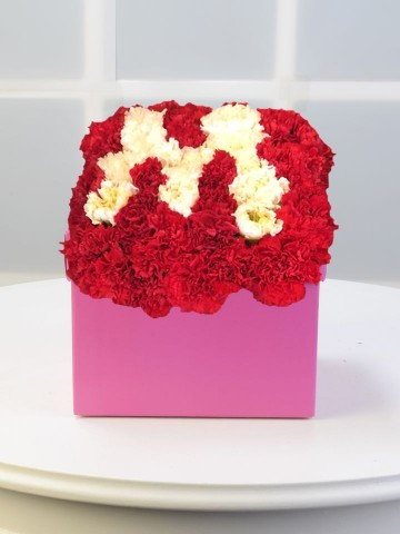 Baş Tacımsın Kişiye Özel Çiçekten Harf  Kutuda Çiçek çiçek gönder