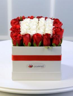 Beyaz Kare Kutuda Gül Aranjmanı.  çiçek gönder