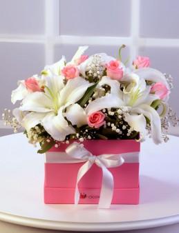 Kare Kutuda Lilyum ve Güller  çiçek gönder