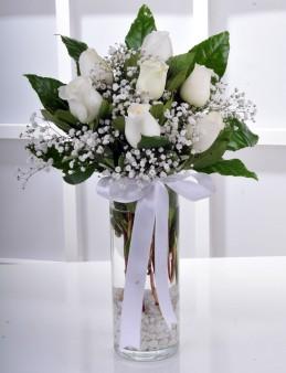 Vazoda 7 Beyaz Gül Arajmanı..  çiçek gönder