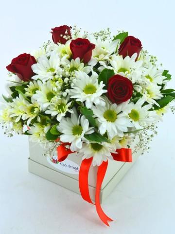 Özel Kutuda Papatyalar ve Kırmızı Güller Kutuda Çiçek çiçek gönder
