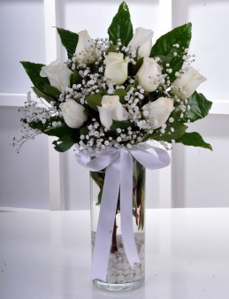 Vazoda 9 Beyaz Gül Çiçek Arajmanı..  çiçek gönder