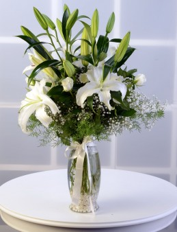 Amfora Cam Vazoda Beyaz Lilyum Aranjmanı.  çiçek gönder