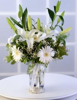 Amfora Cam Vazoda Beyaz Lilyum ve Gerberalar.  çiçek gönder