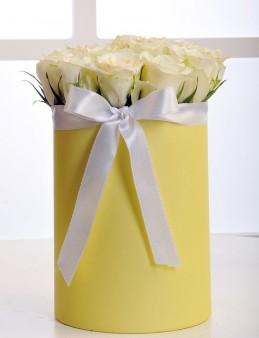 Sarı Silindir Kutuda Beyaz Gül Aranjmanı  çiçek gönder