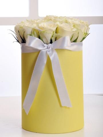 Sarı Silindir Kutuda Beyaz Gül Aranjmanı Kutuda Çiçek çiçek gönder
