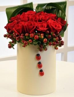 Krem Rengi Silindir Kutuda Kırmızı Hiperikum ve Güller  çiçek gönder