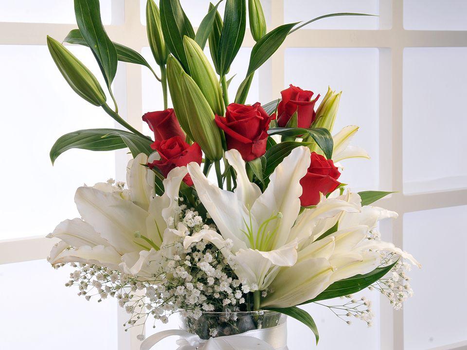 Cam Vazoda Beyaz Lilyum ve Kırmızı Güller Aranjmanlar çiçek gönder