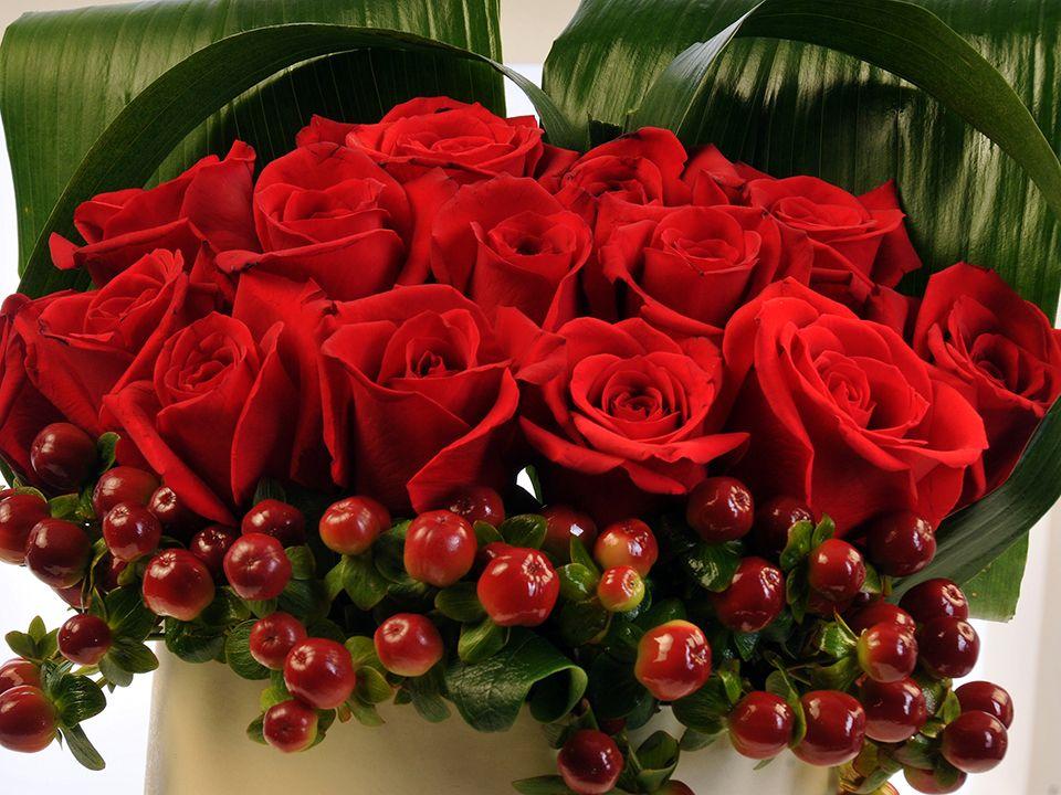 Krem Rengi Silindir Kutuda Kırmızı Hiperikum ve Güller. Kutuda Çiçek çiçek gönder