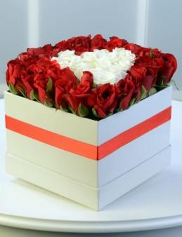 Beyaz Kutuda Kırmızı Beyaz Güller  çiçek gönder