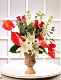 Kupa Seramikte Güller, Antoryumlar ve Lilyumlar  çiçek gönder