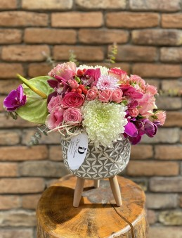 Ayaklı Seramikte Butik Aranjman  çiçek gönder