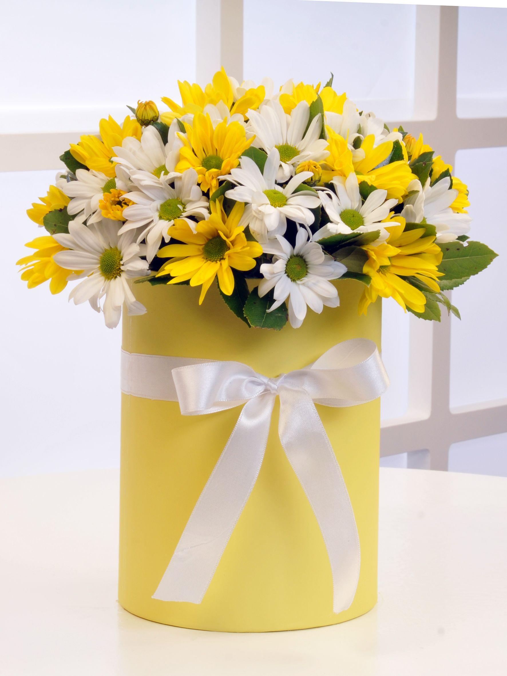 Sarı Silindir Kutuda Renkli Biçmeler .  çiçek gönder