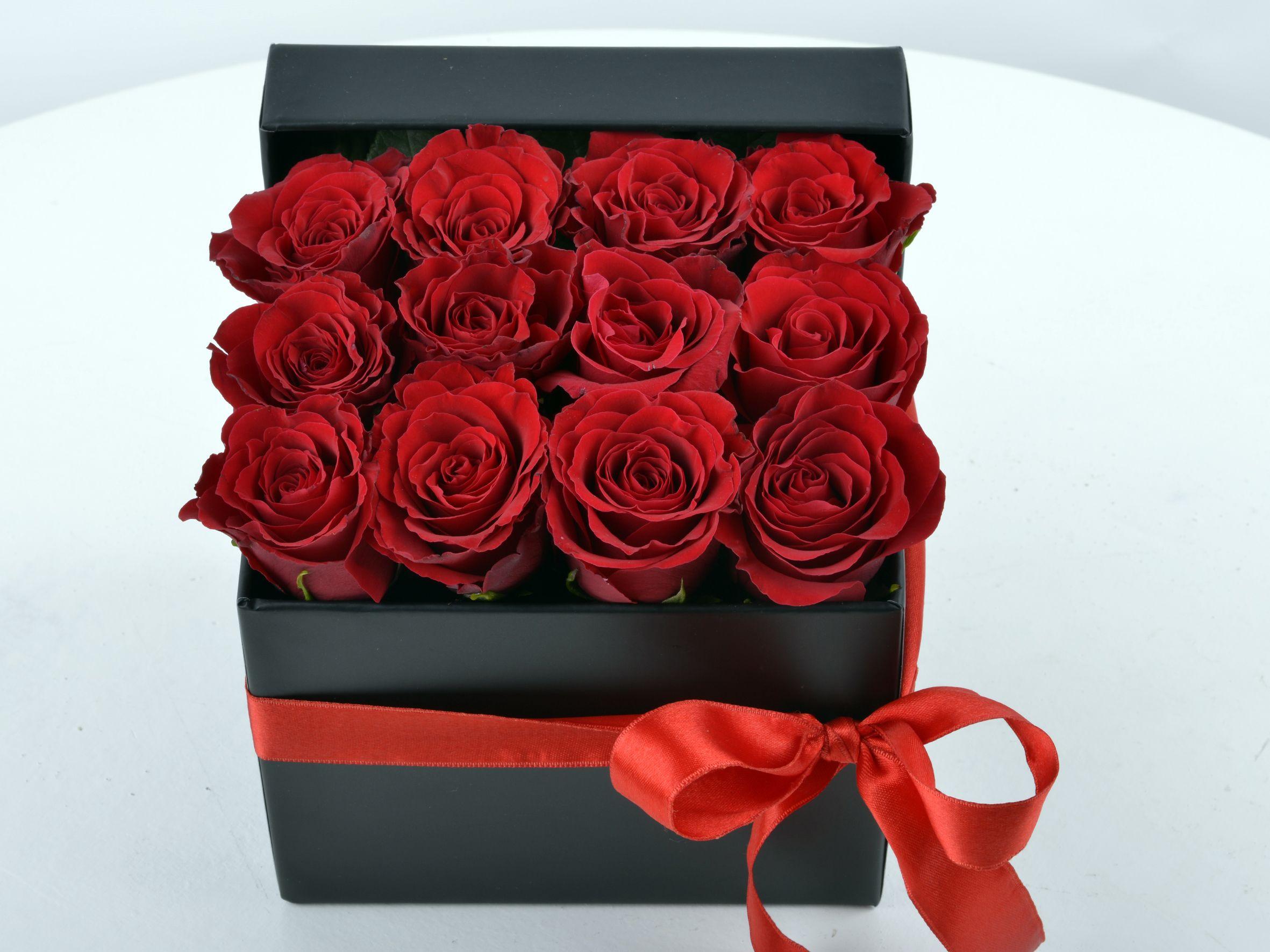 Siyah Hediyelik Kutuda Bir Düzine Kırmızı Gül Kutuda Çiçek çiçek gönder