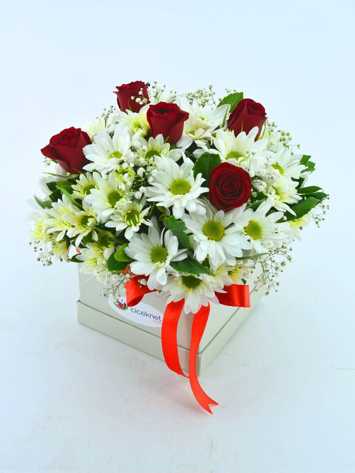 Özel Kutuda Papatyalar ve Kırmızı Güller  çiçek gönder