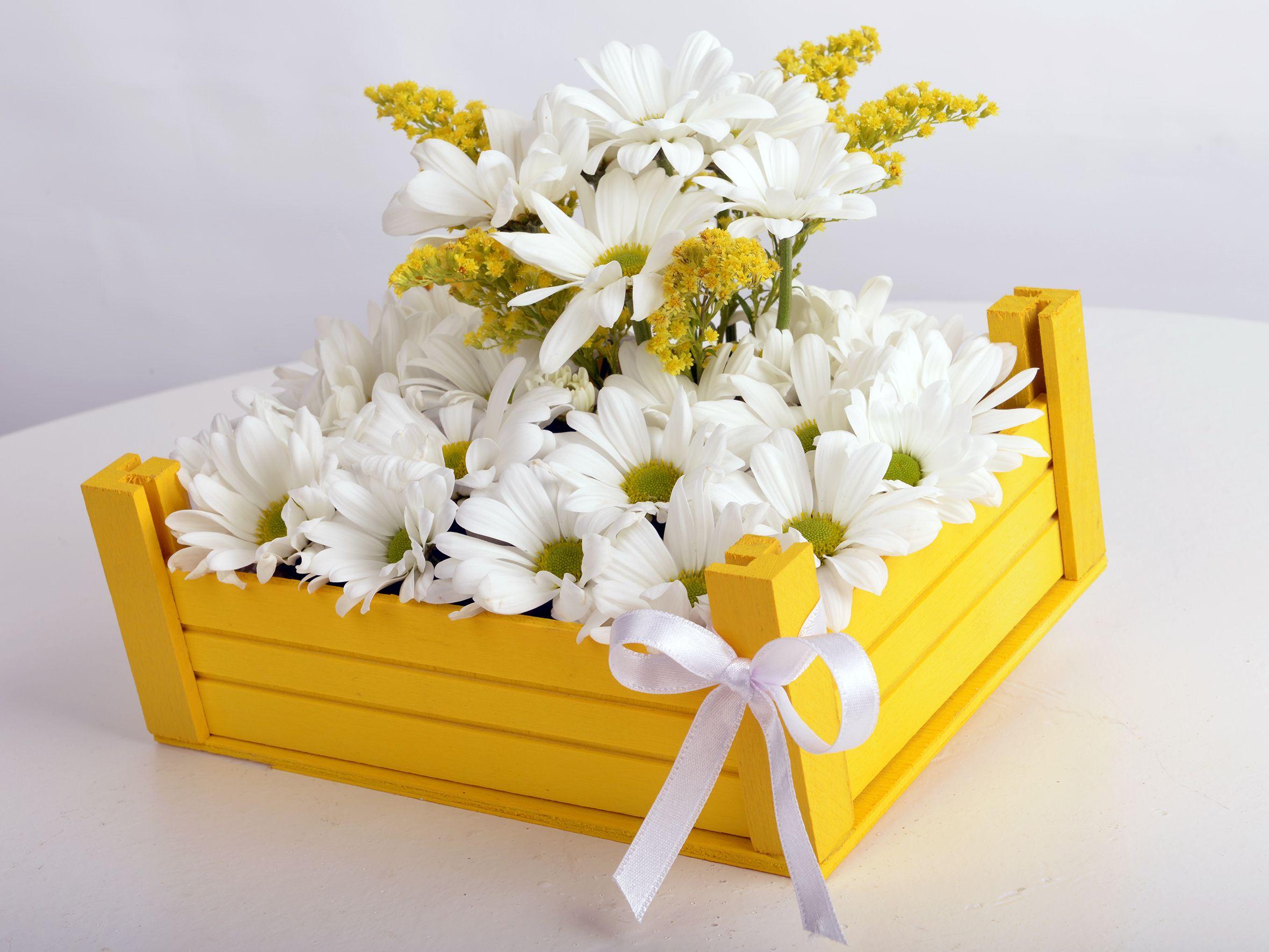 Ahşap Kasa da Beyaz Papatyalar Aranjmanlar çiçek gönder