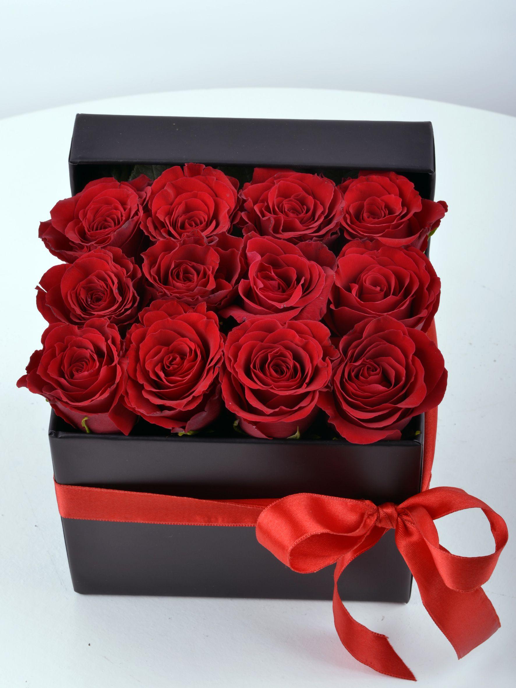 Siyah Hediyelik Kutuda Bir Düzine Kırmızı Gül  çiçek gönder