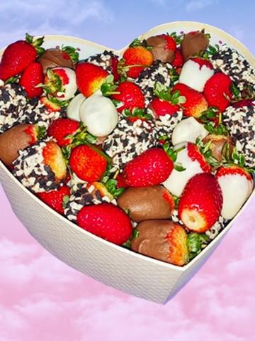 Kalp Kutuda Çikolatalı Çilek Büyüsü Meyve Sepeti ve Çikolatalar çiçek gönder