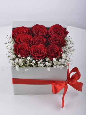 Küçük Bir Tebessüm Kırmızı Güller Kutuda Çiçek çiçek gönder