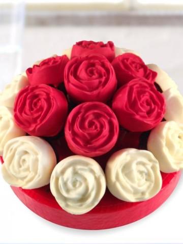 Çikolatalı Gül Kekler Meyve Sepeti ve Çikolatalar çiçek gönder