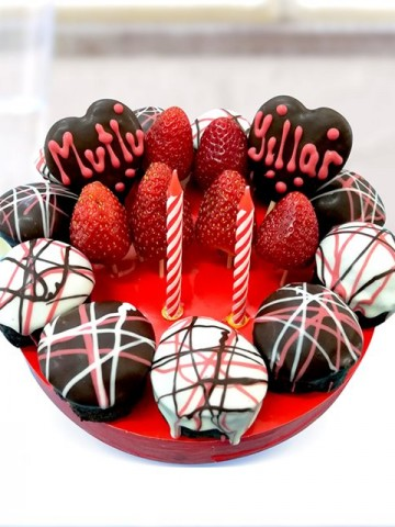 Mutlu Yıllar Pastası Meyve Sepeti ve Çikolatalar çiçek gönder
