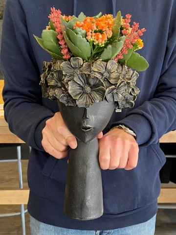Çiçekçi Kız  Saksı Çiçekleri çiçek gönder
