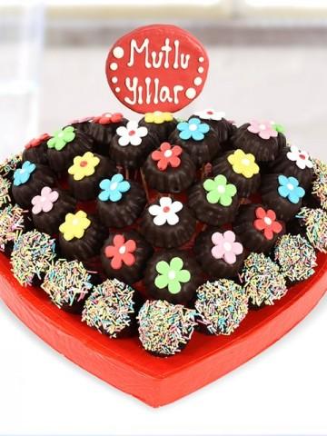 Mutlu Yıllar Kurabiye Çiçekleri Meyve Sepeti ve Çikolatalar çiçek gönder