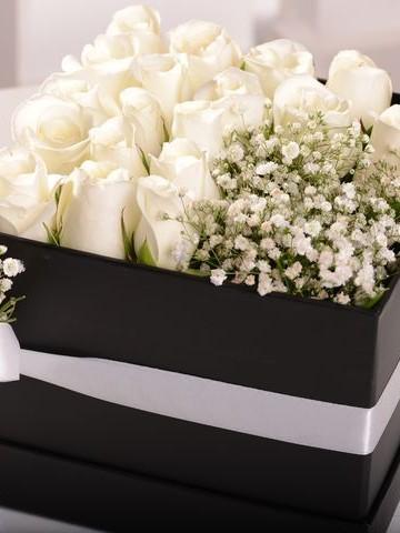 Asil Beyaz Kutuda Çiçek çiçek gönder