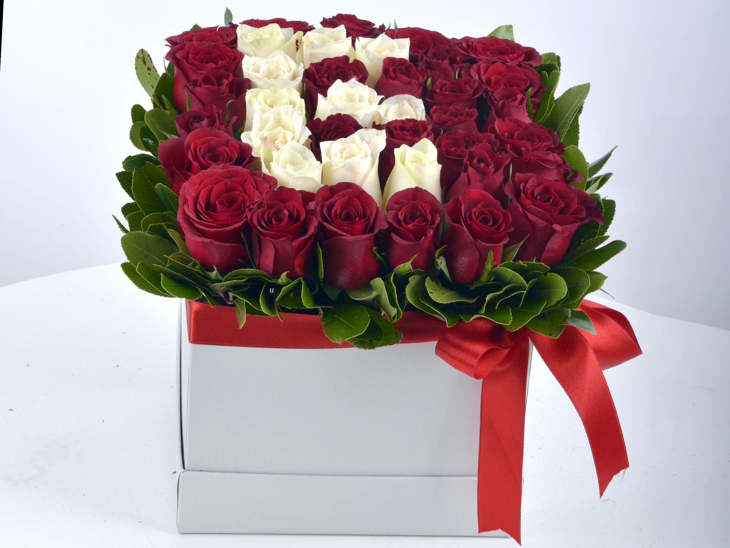 Kutuda Kişiye Özel Güllerden Oluşan Harf Çiçek.. Kutuda Çiçek çiçek gönder