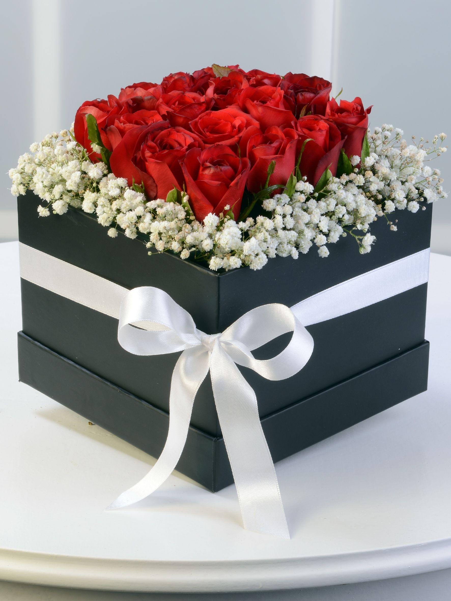 Siyah Kare Kutuda Kırmızı Güller. Kutuda Çiçek çiçek gönder