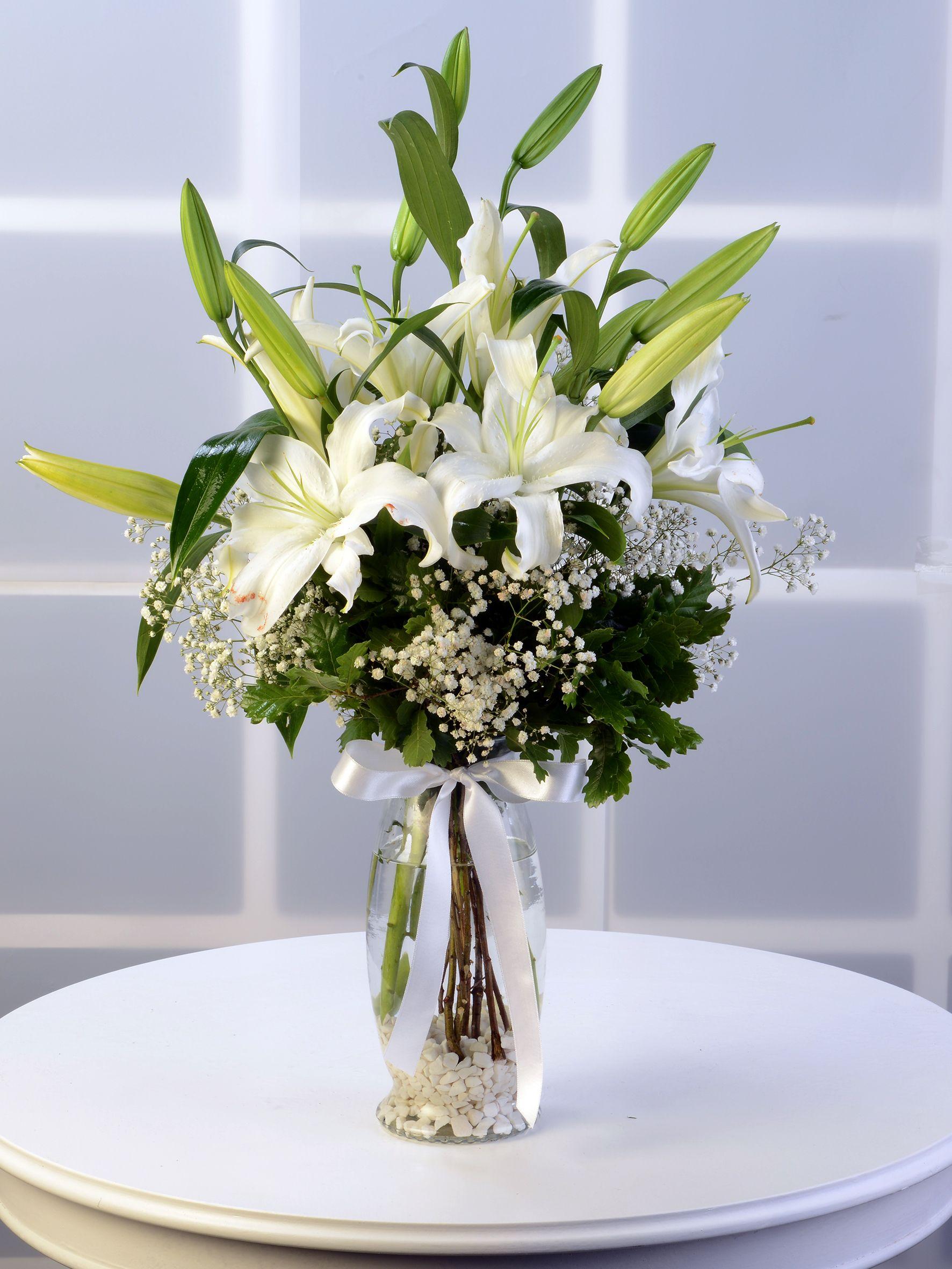 Amfora Cam Vazoda Lilyum Aranjmanı.  çiçek gönder