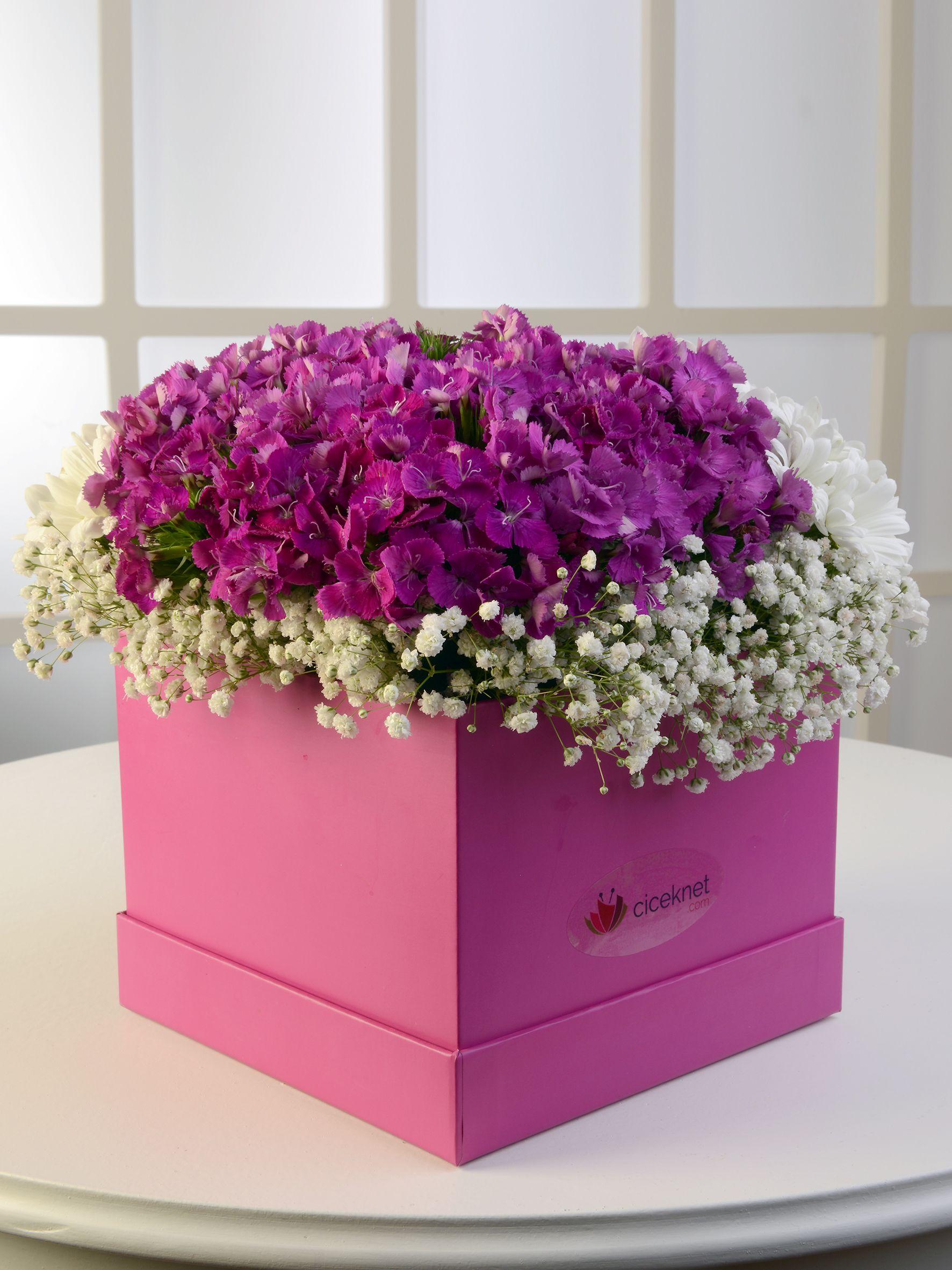 Pembe Kare Kutuda Beyaz Biçmeler. Kutuda Çiçek çiçek gönder