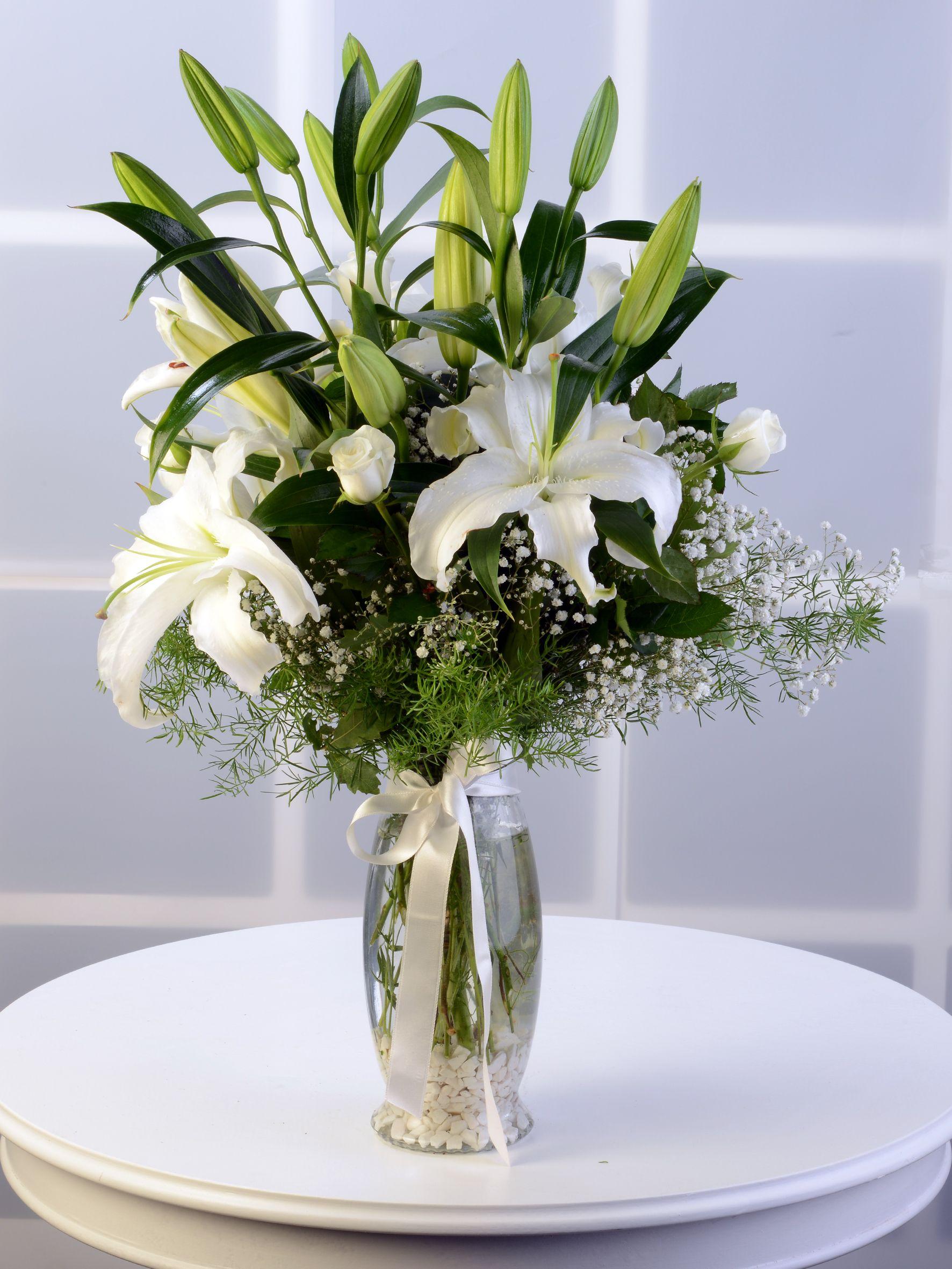 Amfora Cam Vazoda Beyaz Lilyum Aranjmanı. Aranjmanlar çiçek gönder