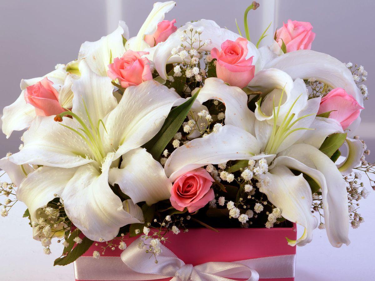 Kare Kutuda Lilyum ve Güller Kutuda Aranjmanlar çiçek gönder