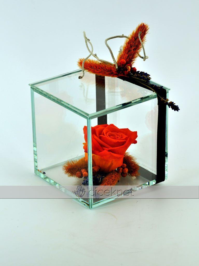Özel Kare Camda Kırmızı Solmayan Gül Solmayan Güller  çiçek gönder