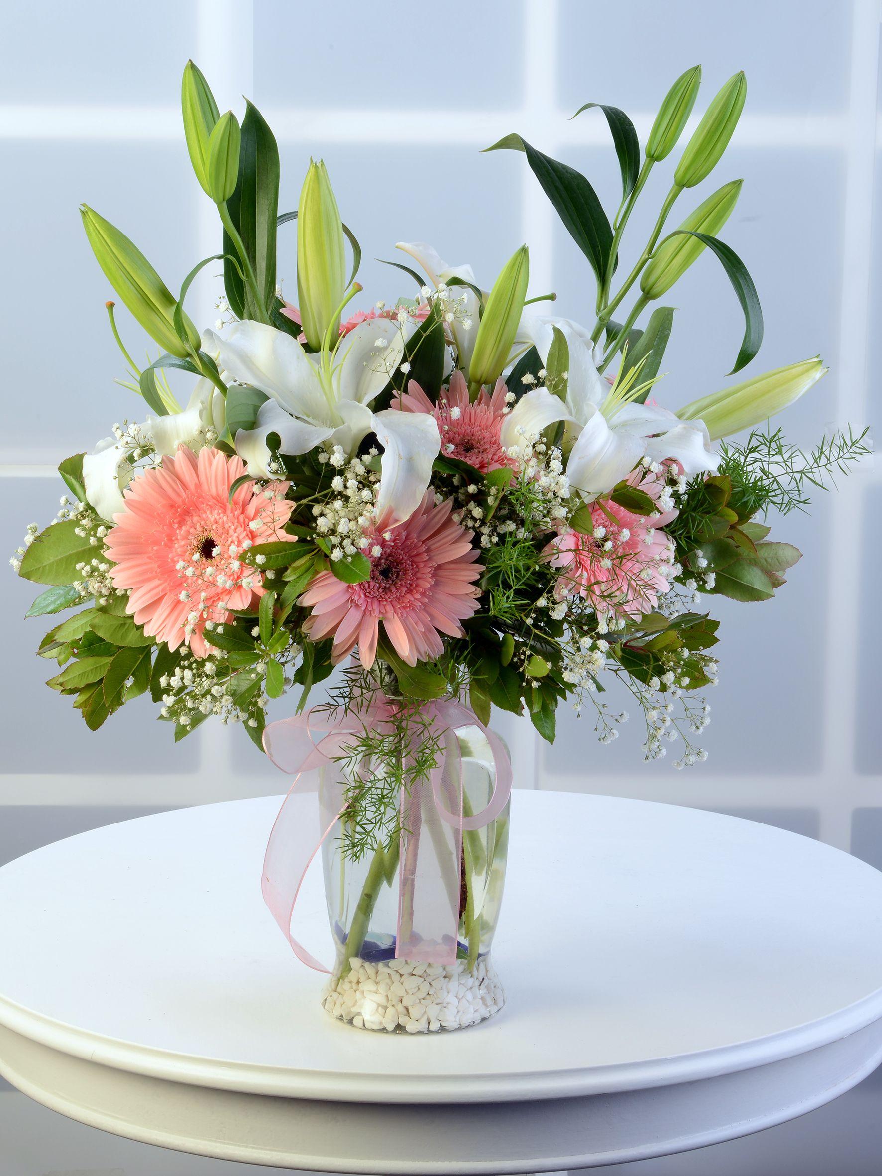 Amfora Cam Vazoda Beyaz Lilyum ve Pembe Gerberalar. Aranjmanlar çiçek gönder