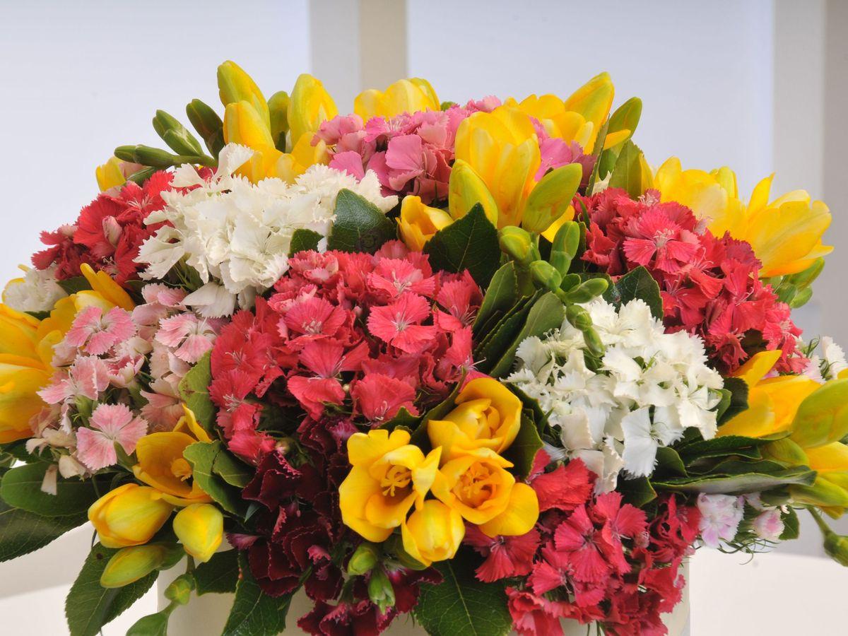 Sarı Silindir Kutuda Kır Çiçekleri Kutuda Aranjmanlar çiçek gönder