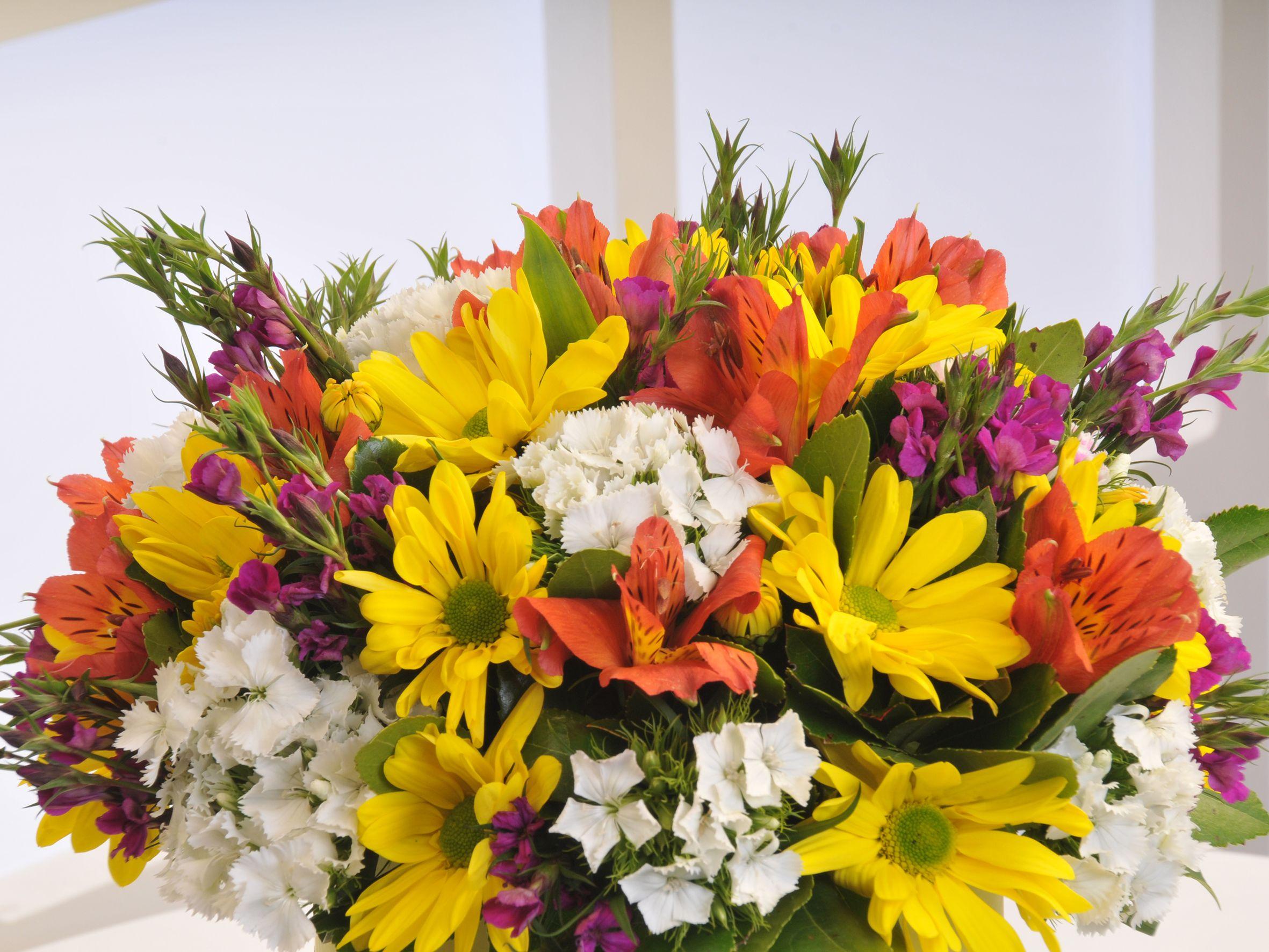 Sarı Silindir Kutuda Kır Çiçekleri. Kutuda Çiçek çiçek gönder