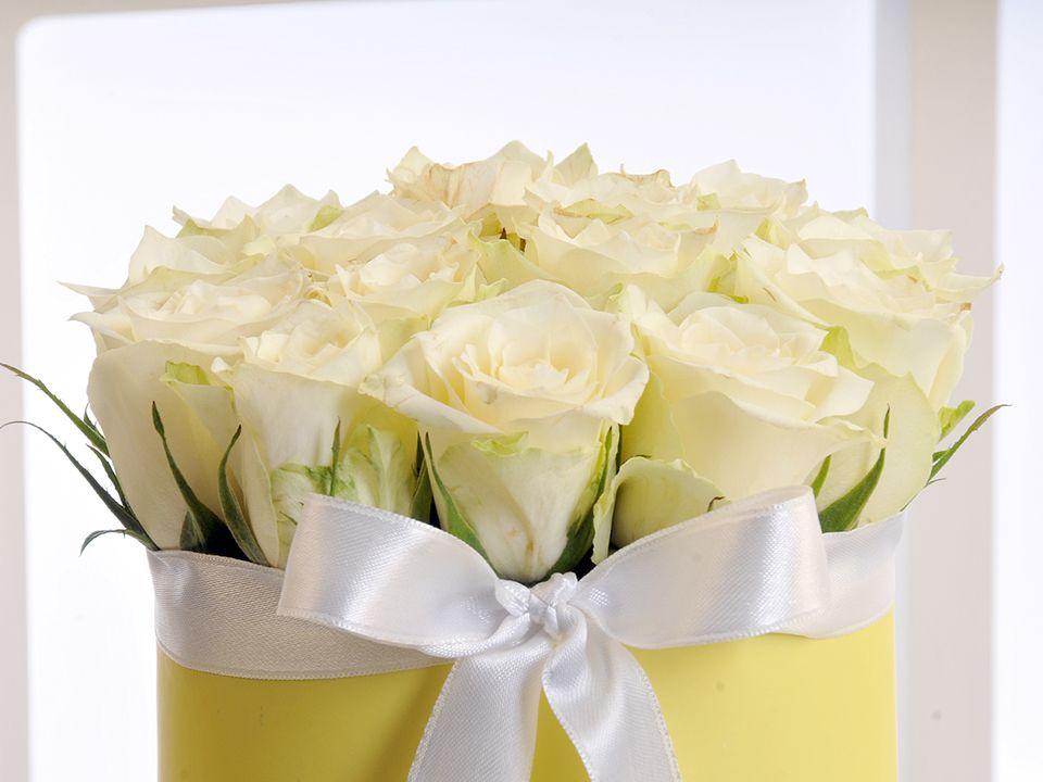 Sarı Silindir Kutuda Beyaz Gül Aranjmanı. Kutuda Çiçek çiçek gönder