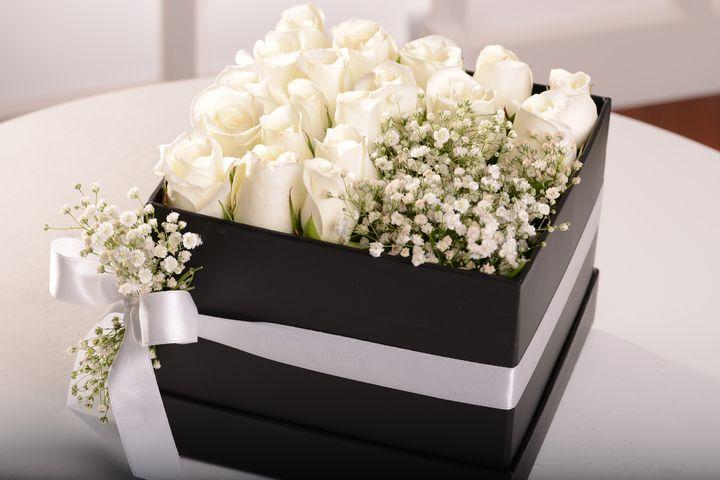 Asil Beyaz Kutuda Aranjmanlar çiçek gönder