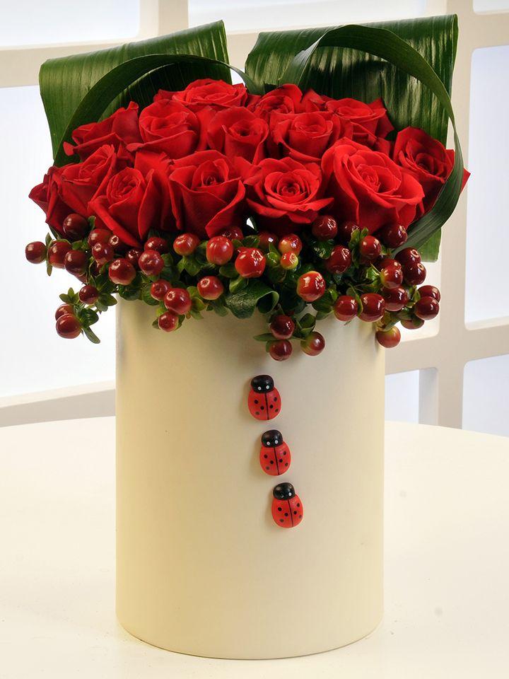 Krem Rengi Silindir Kutuda Kırmızı Hiperikum ve Güller.  çiçek gönder